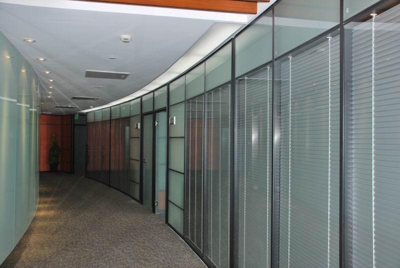 办公室装修中办公玻璃隔断如何选择合适?